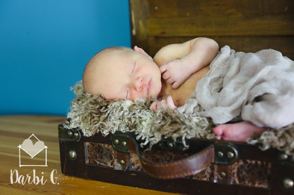 Kansas City missouri newborn photographer lifestyle in home on location natural light
